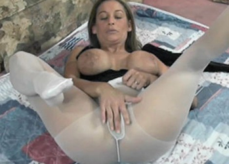 Leeanna Heart is playing in pantyhose